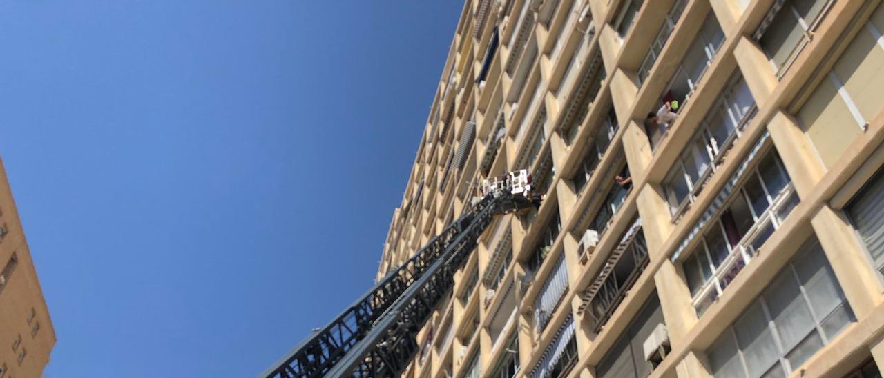 El vehículo escalera de los bomberos para acceder a la vivienda de la nonagenaria