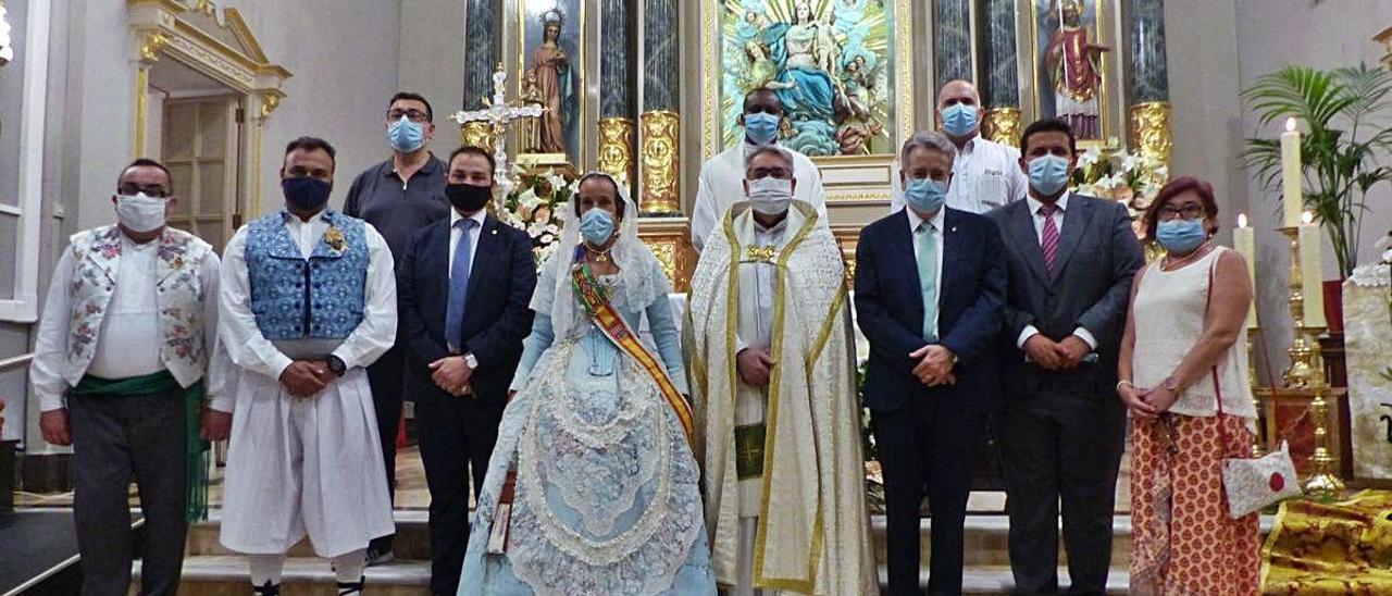 Autoridades y festeros tras la misa.