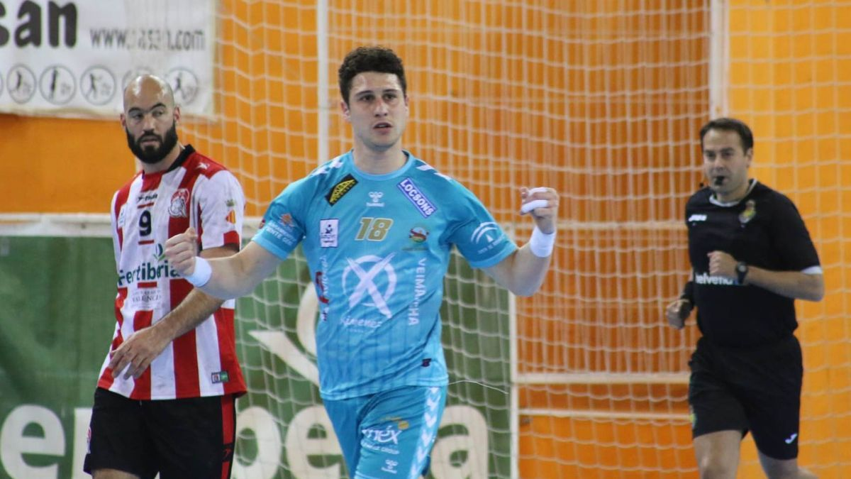 Jesús Melgar celebra un gol en la cancha del Puerto Sagunto.