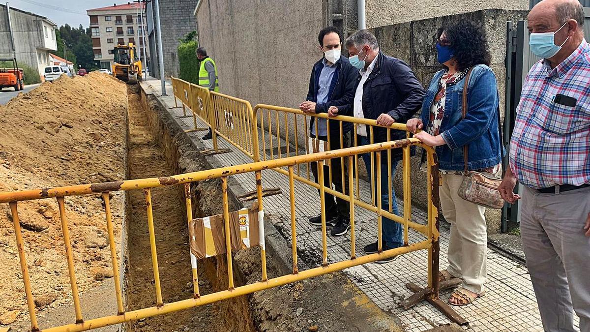 Manuel Cuiña y Pilar Peón supervisan la apertura de zanjas en la calle Morón.