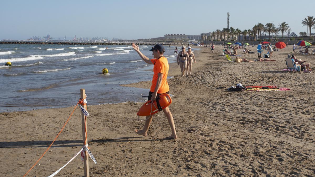 Uno de los socorristas pide a los bañistas que salgan del agua