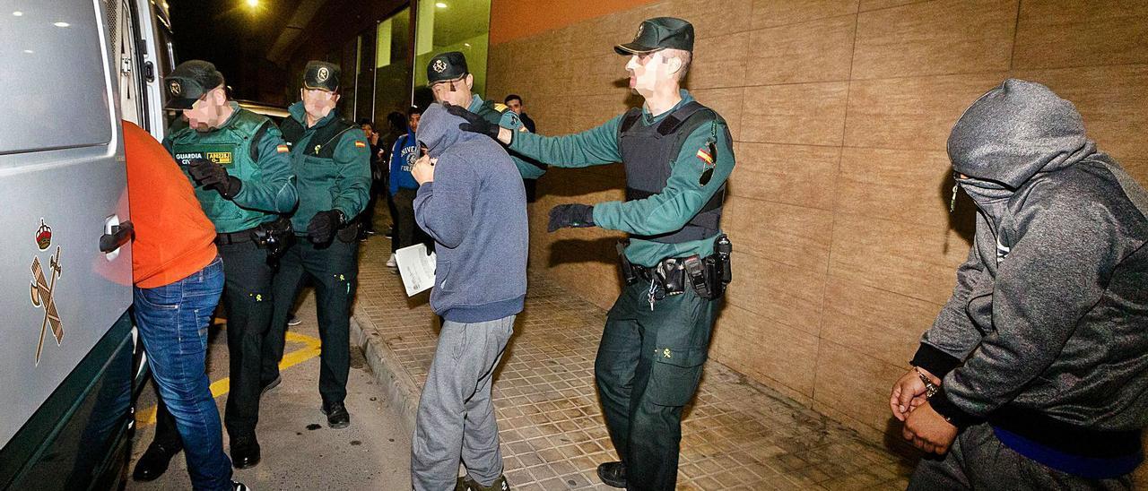Tres de los cuatro procesados, el día que la Guardia Civil les trasladó a prisión por orden de un juzgado de La Vila Joiosa. | DAVID REVENGA