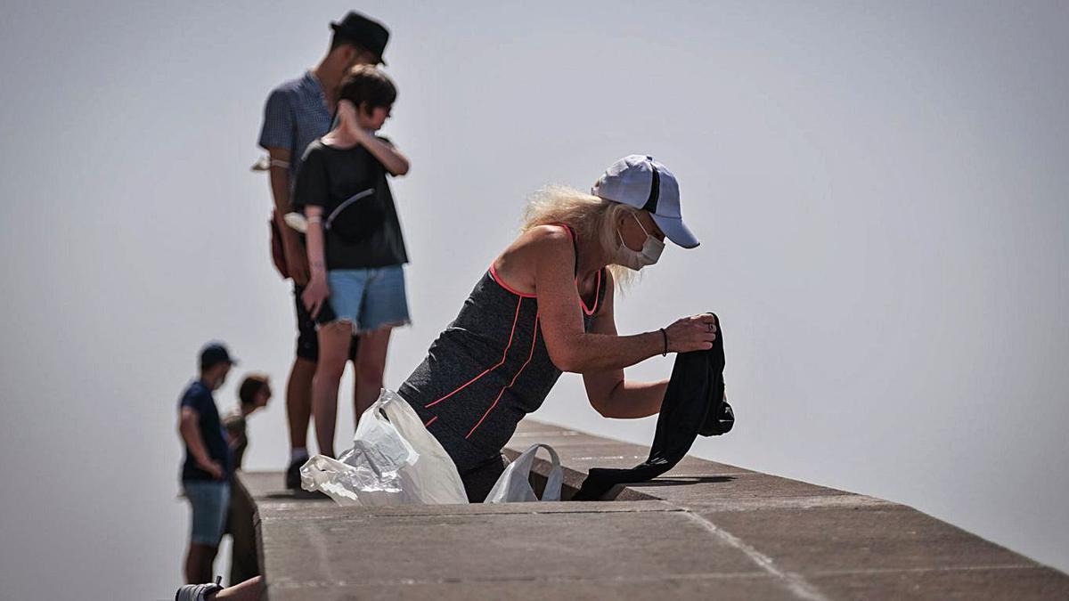 Gente con mascarilla en Santa Cruz de Tenerife.