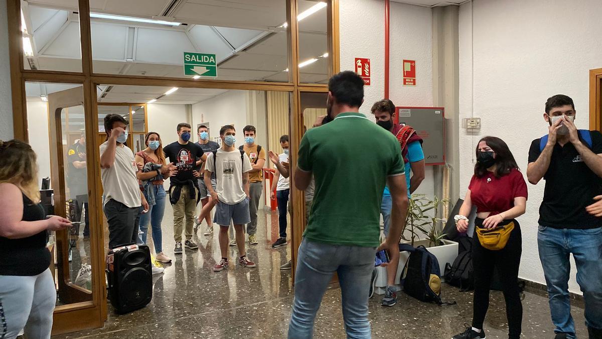Estudiantes, dentro del rectorado.