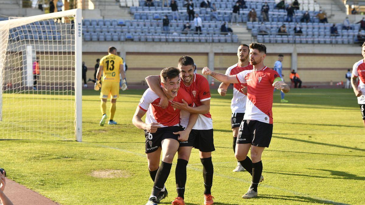Del Moral celebra el gol de penalti que dio la victoria al Córdoba CF en El Ejido.
