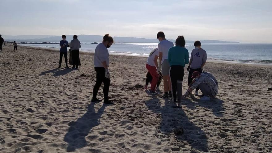 Las playas siguen sucias, pero hay menos bastoncillos