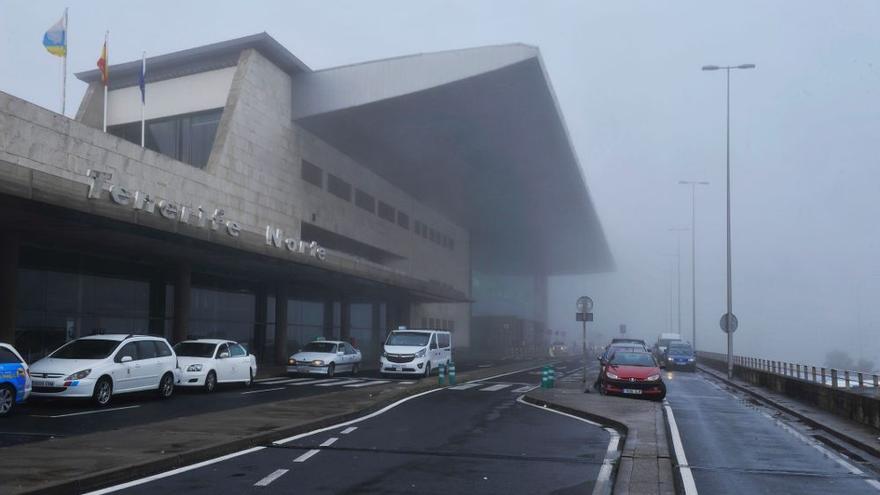 El viento y la niebla provocan el desvío de 15 vuelos en los dos aeropuertos de Tenerife