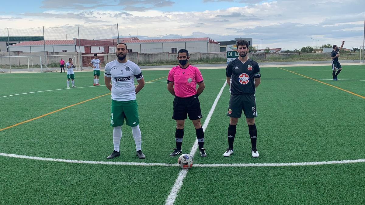 Los capitanes de Chinato y Llerenense con el árbitro del partido.
