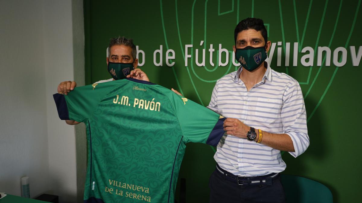Pepe Cuevas y Juanma Pavón exhibiendo la camiseta del Villanovense con el nombre del nuevo técnico.