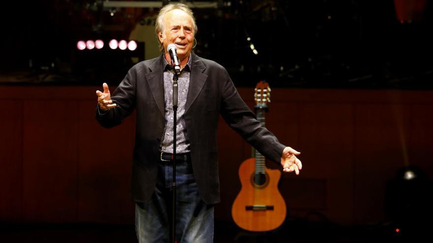 Joan Manuel Serrat en el homenaje a Joaquín Carbonell