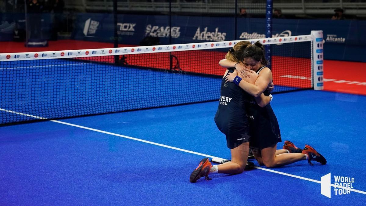 Ari Sánchez y Paula Josemaría se abrazan tras ganar la semifinal.