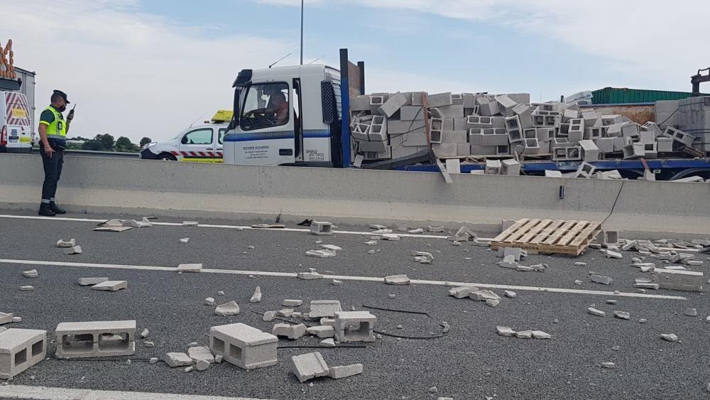 Vuelca un camión con ladrillos en la A-7 a la altura de Picassent