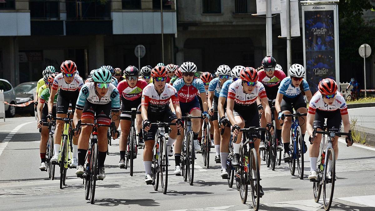 Las ciclistas de la categoría Élite/Sub 23 ayer a su salida desde As Corbaceiras.    // RAFA VÁZQUEZ