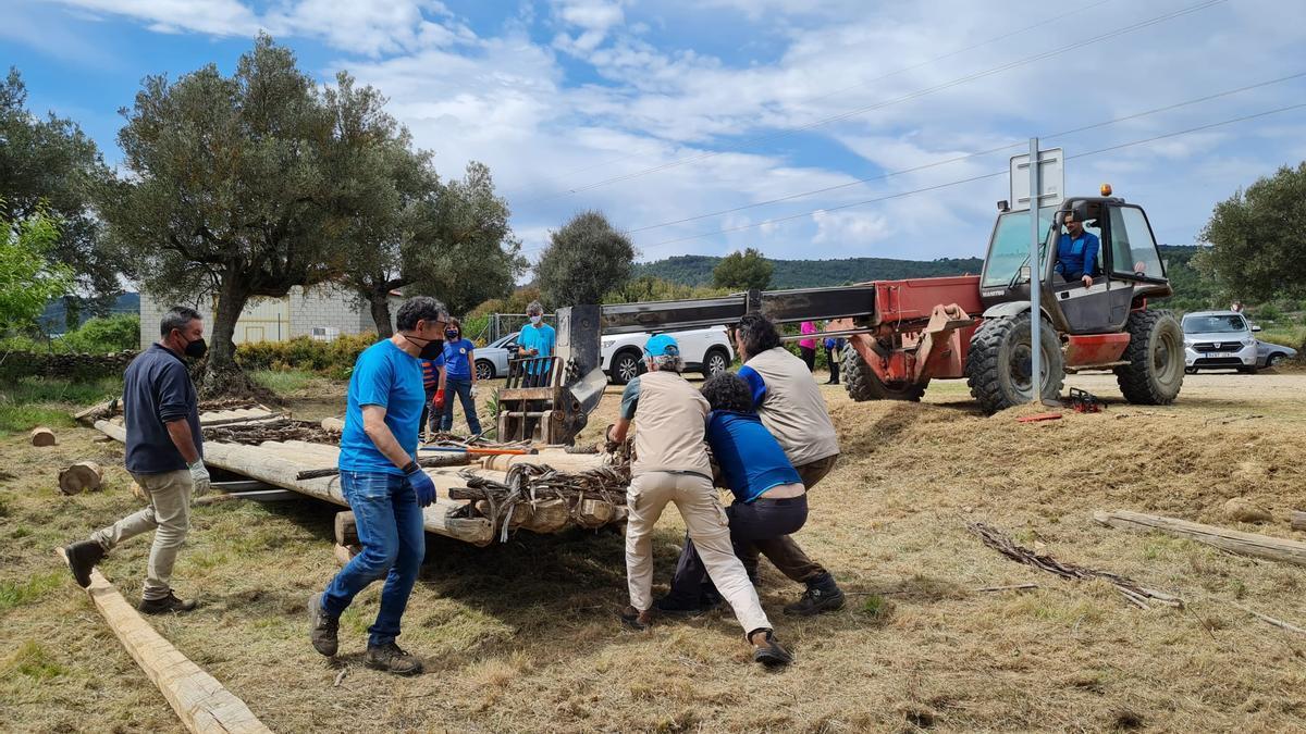 Algunos navateros, en el trabajo de construcción de la embarcación.