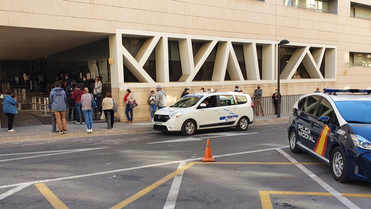Cola para tramitar documentos en la Comisaría Provincial de Alicante.