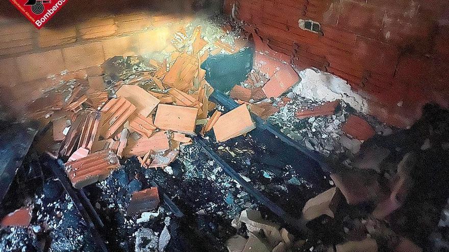Un aparatoso incendio en una vivienda en Torrevieja obliga a desalojar el edificio de madrugada