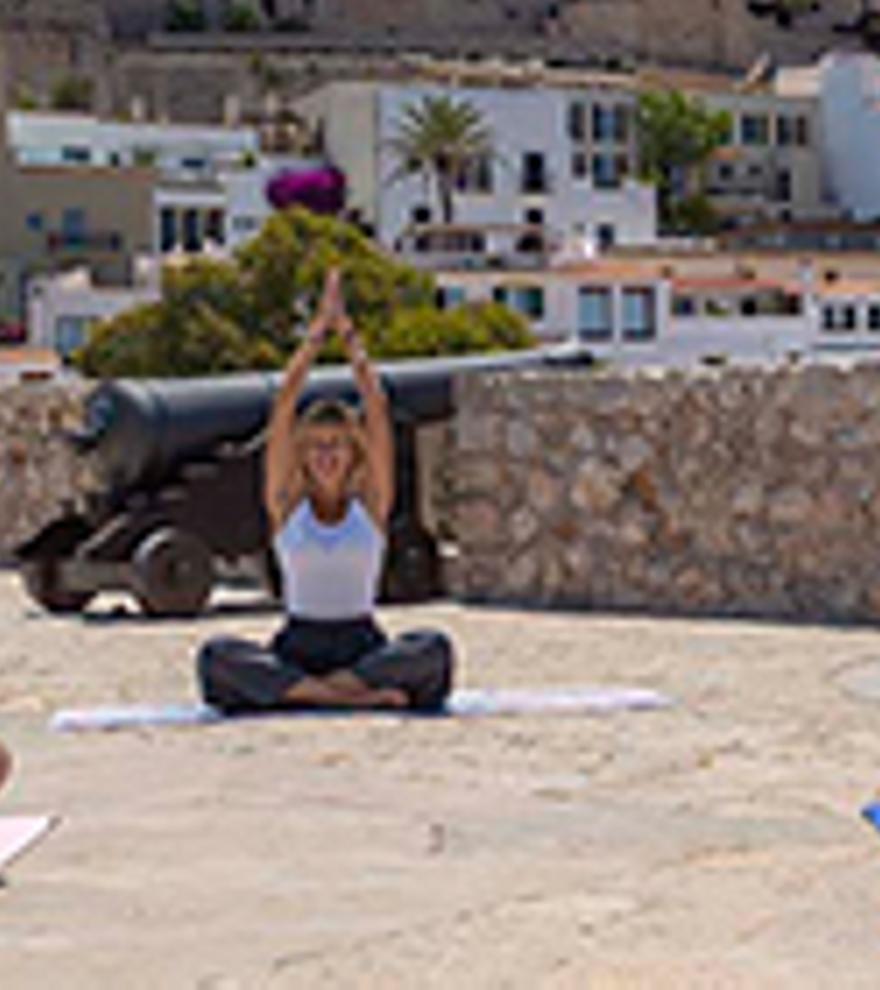 Coneix Dalt Vila i practica el ioga