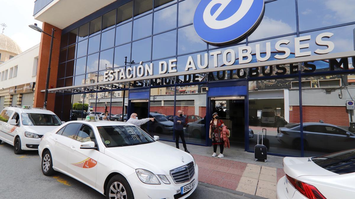 Taxis a las puertas de la Estación de Autobuses de Murcia, ayer.