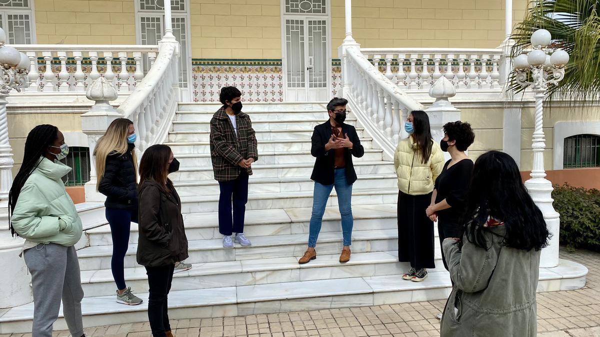 Integrantes del equipo fundador de Editorial Armonía, con sus modelos y las ediles de El Campello en Villa Marco