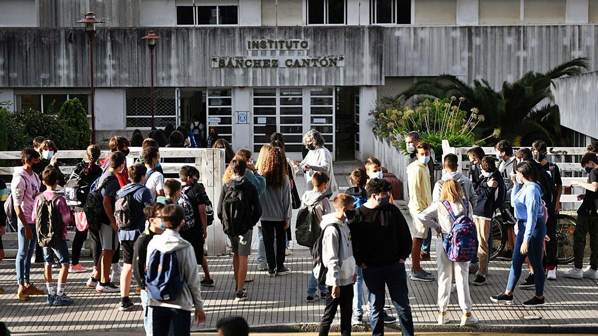 Escolares del IES Sánchez Cantón entrando al centro. |   // GUSTAVO SANTOS