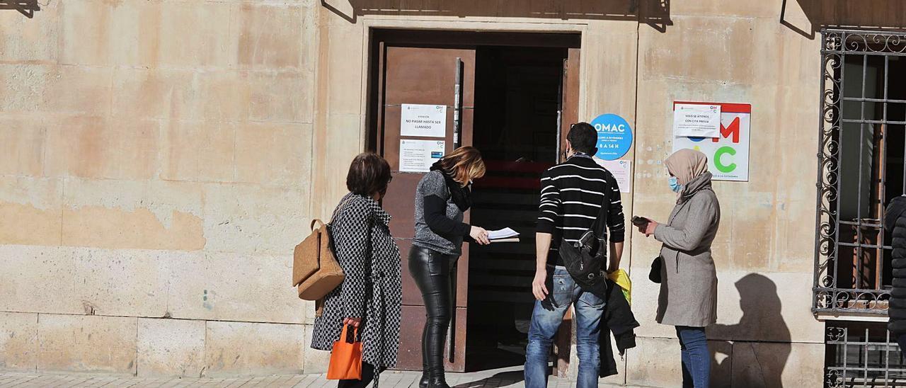 La Oficina de Atención al Ciudadano de la Plaça de Baix, con usuarios a la espera de ser atendidos. | ANTONIO AMORÓS
