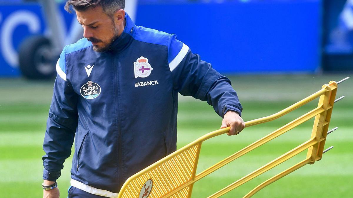 El técnico Rubén de la Barrera, durante un entrenamiento del Deportivo.    // CARLOS PARDELLAS