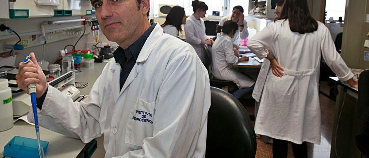 Javier Sáez Valero, en primer plano, lidera la investigación. | JOSE NAVARRO