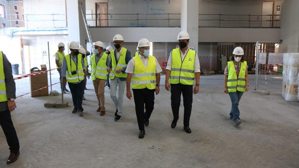 El alcalde (segundo por la derecha) junto al presidente de Urbanismo, técnicos y responsables de la obra, durante la visita a las instalaciones.