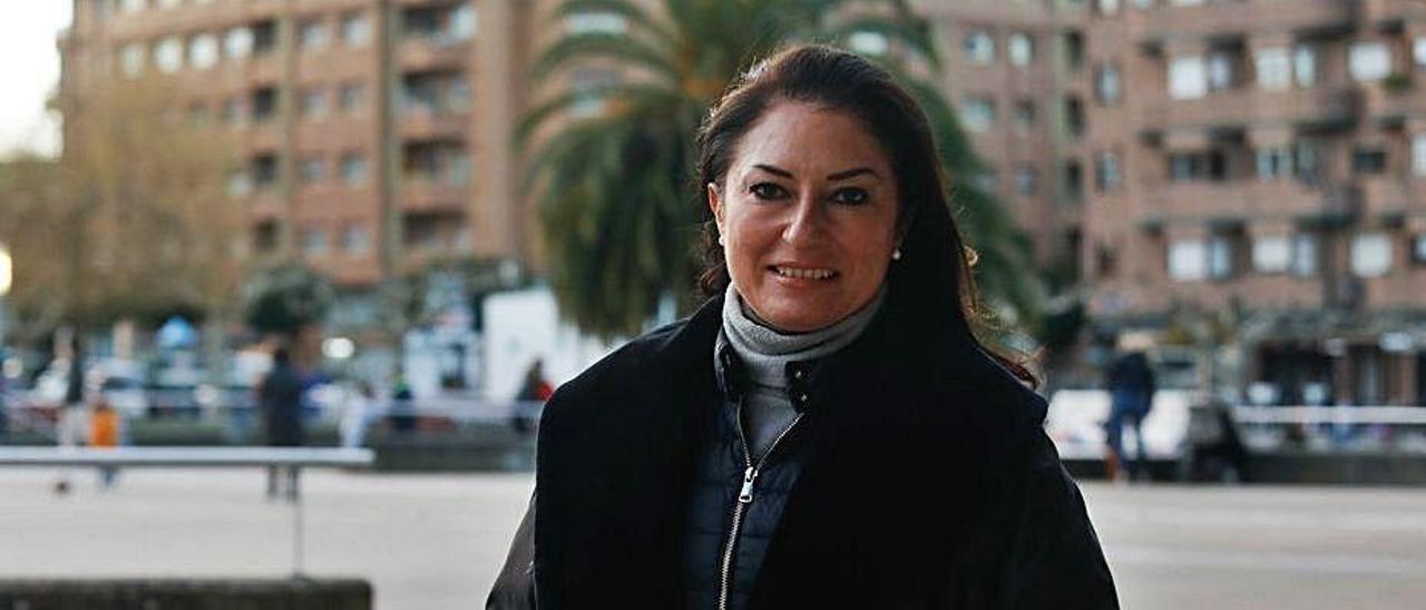 Montserrat Martí Caballé, ayer, en la plaza de Europa de Piedras Blancas.   | MARA VILLAMUZA