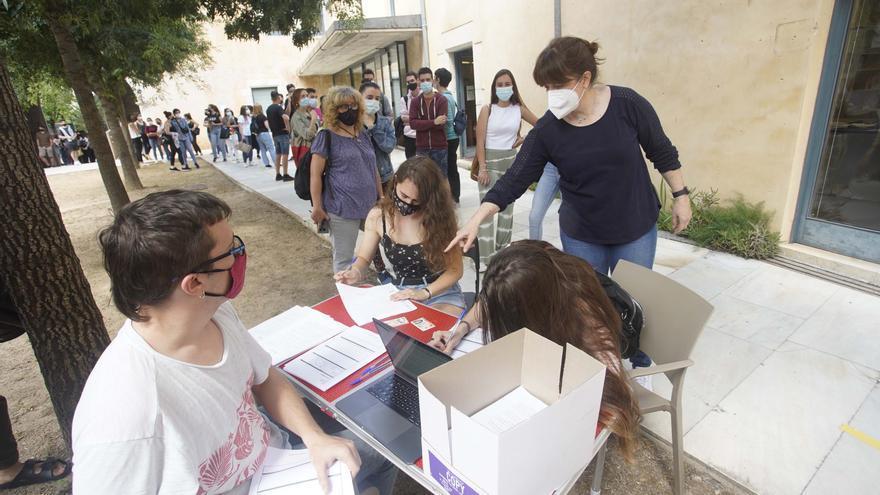 Protesta d'estudiants de la UdG en contra del requisit de la tercera llengua per obtenir el títol