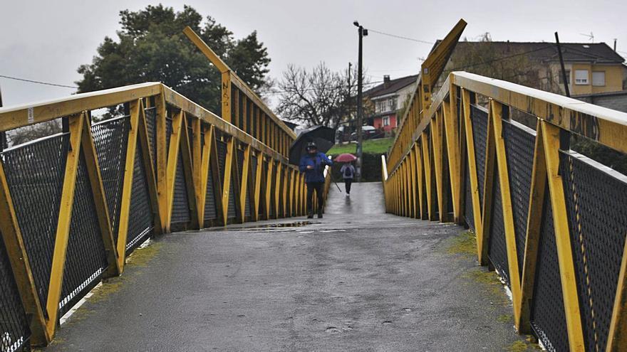 Los vecinos urgen de nuevo la mejora de las condiciones de la pasarela de El Carbayu (Lugones)