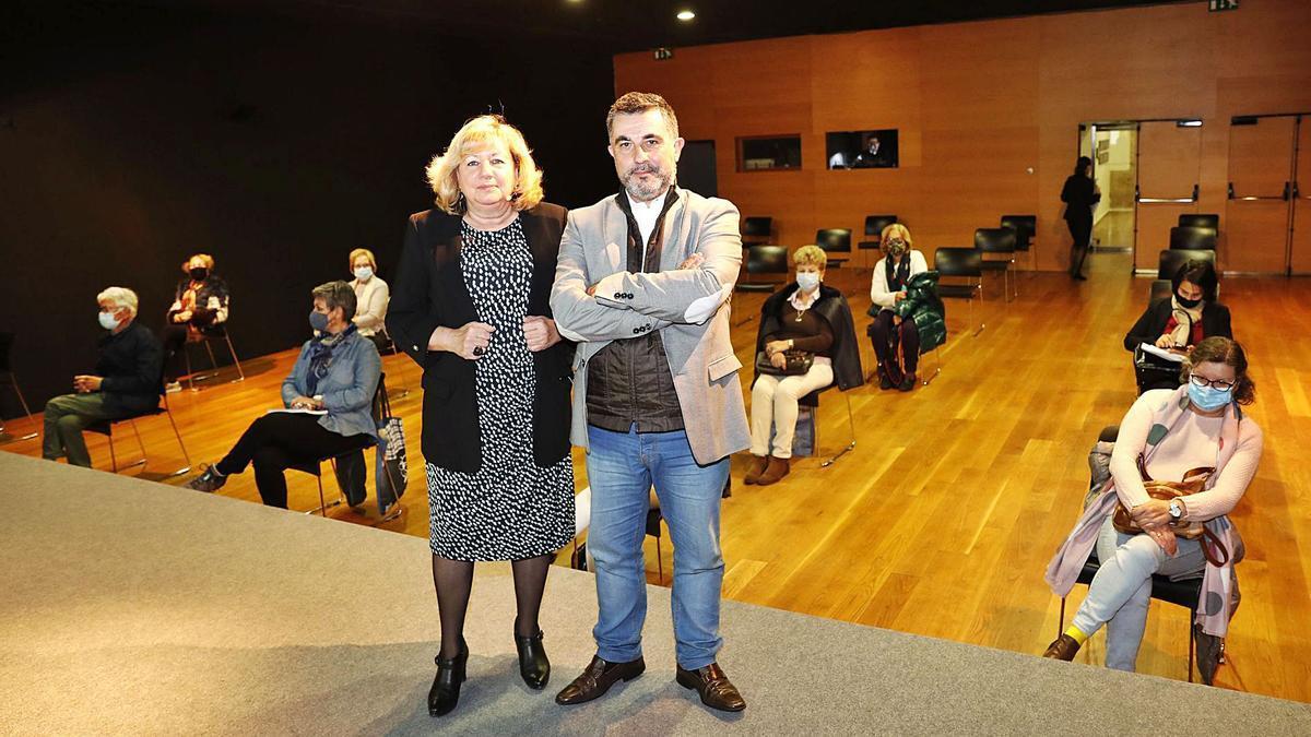 La escritora María Ángeles de Celis fue presentada por José Luis Barreiro ayer en el Club FARO .