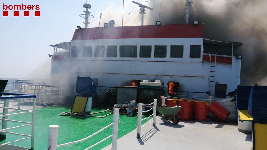Un vaixell de transport de bestiar sense càrrega crema en una zona de fondeig del port de Tarragona