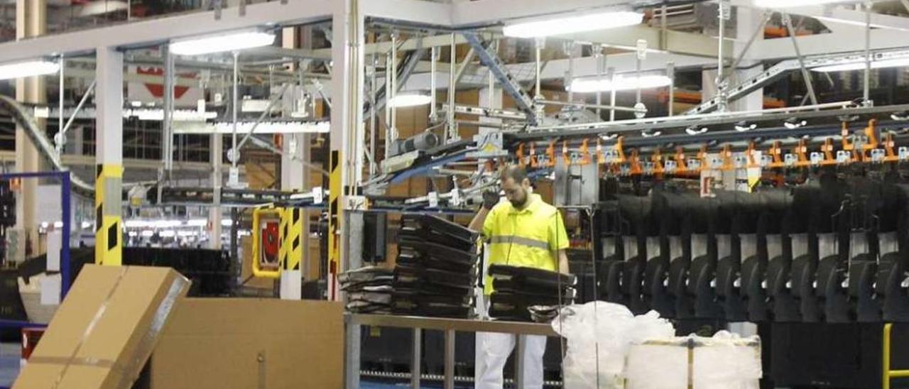 Un trabajador del centro de Antolín Vigo. // José Lores