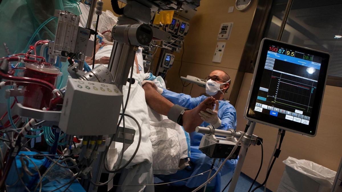 Un doctor trata a un paciente con covid