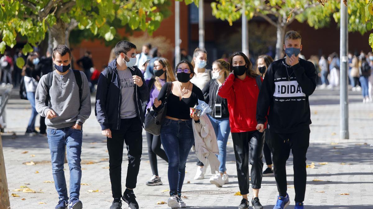 Estudiantes de la Universitat de València pasean por el campus Tarongers durante el inicio de este curso.