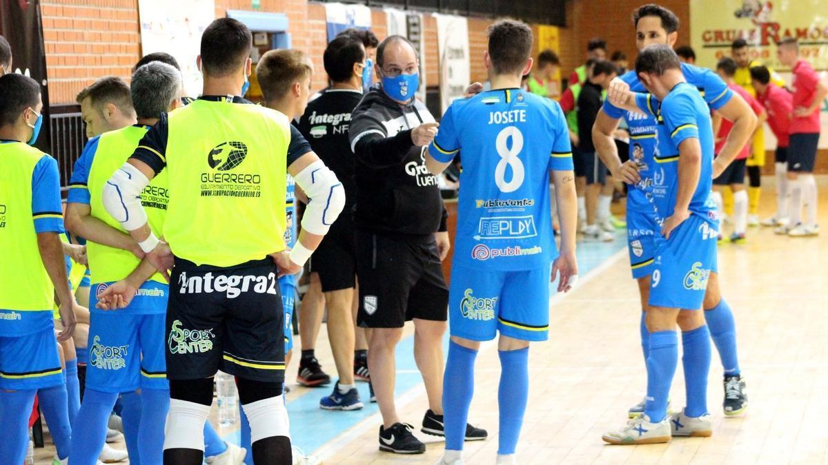 Natanael Torrecillas, entrenador del Integra2 Navalmoral, habla con sus jugadores.