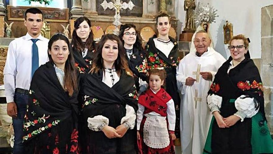 Las mujeres ataviadas con trajes típicos, cantando el ramo.
