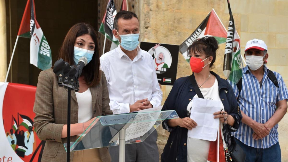 El alcalde y la edil de cooperación comparecieron junto a los activistas saharauis