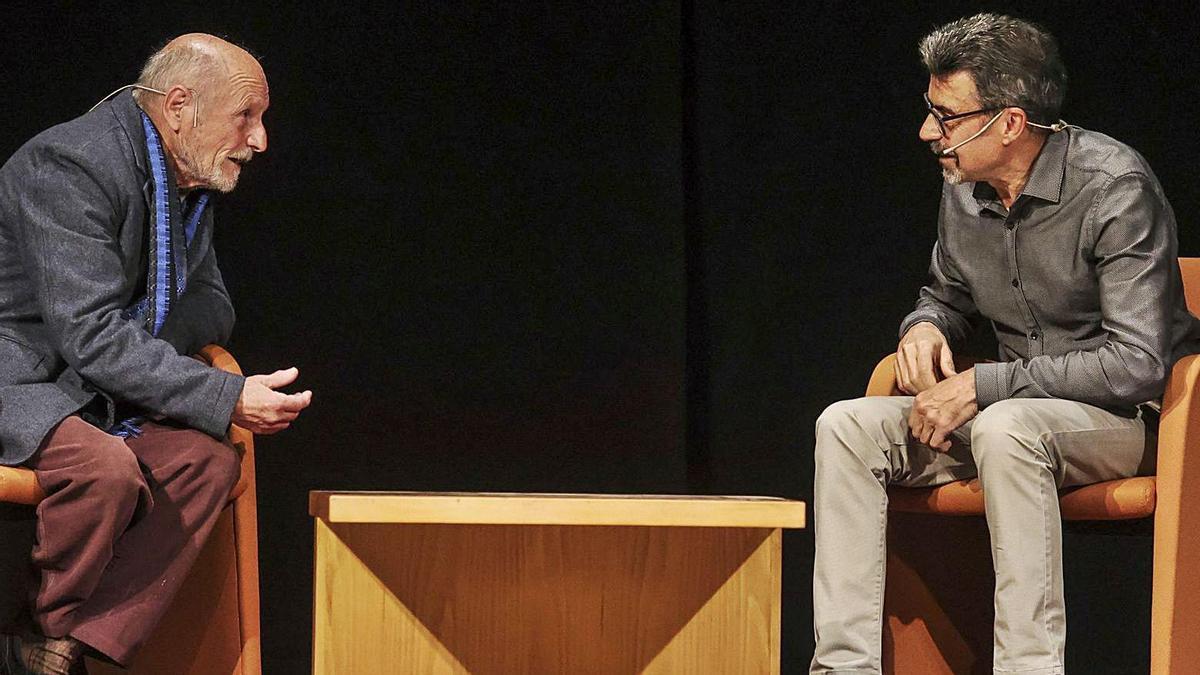López charla con Mojardín, ayer, en el Filarmónica.   Irma Collín