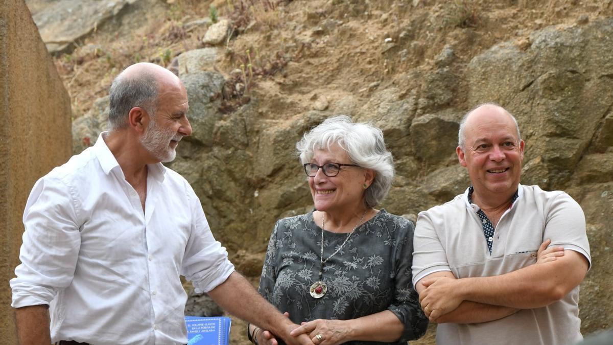 Carme Pagès acompanyada de Josep Tero i Eusebi Ayensa durant l'acte.