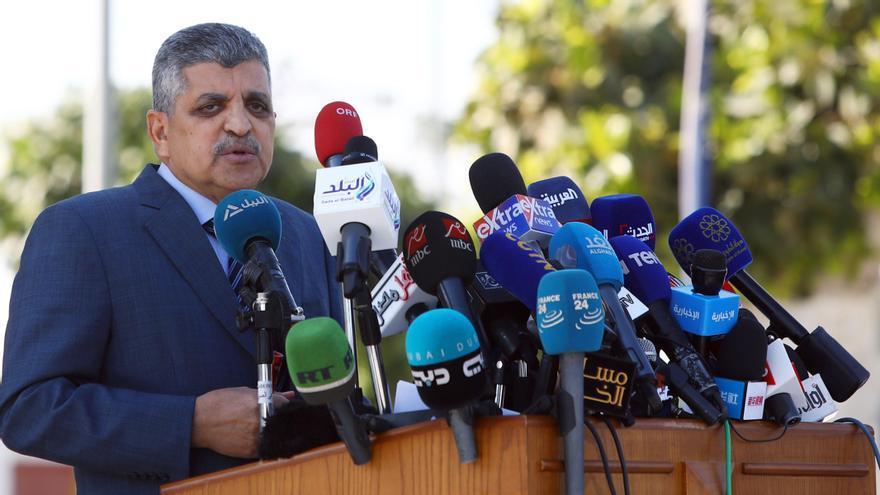 El jefe de la Autoridad del canal de Suez, el almirante Osama Rabie