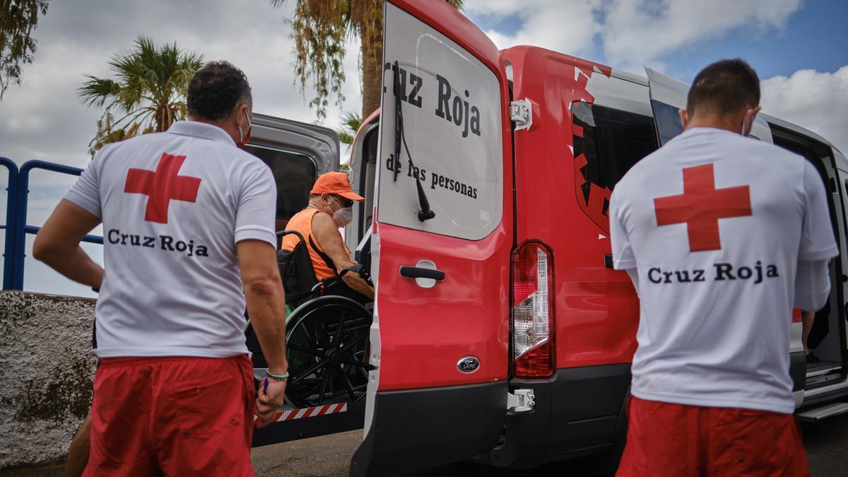 Miguel Hernández, uno de los usuarios del transporte que realiza Cruz Roja a Las Teresitas.