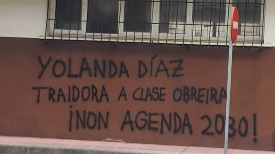 """Realizan una pintada en el barrio de Yolanda Díaz: """"Traidora a la clase obrera"""""""