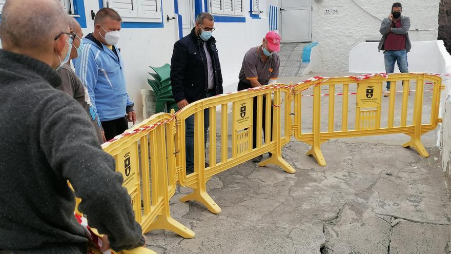 Telde restringe el acceso al paseo de Tufia tras hundirse parte del pavimento