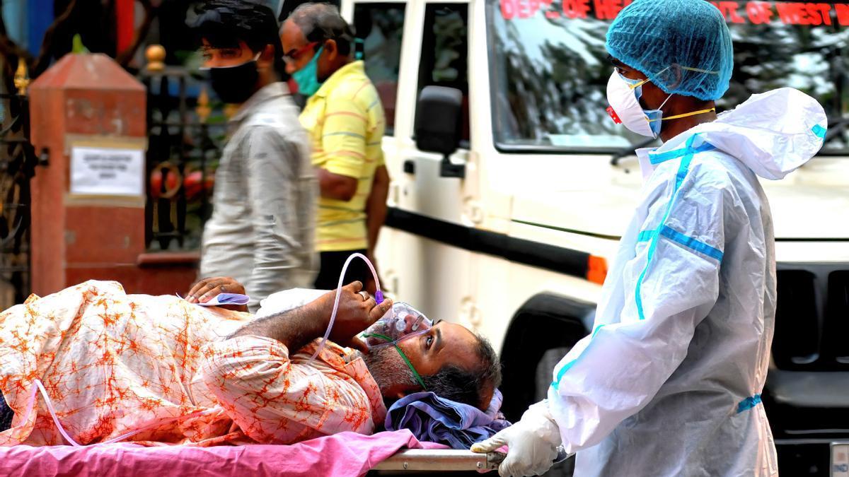 Un sanitario traslada a un paciente en Kolkata.
