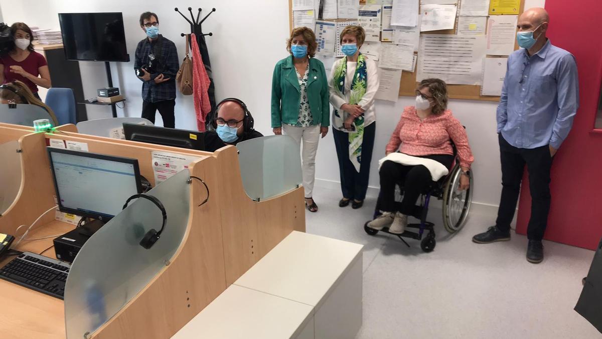 La consejera María Victoria Broto visitó la sede del Teléfono del Mayor en la Fundación DFA.