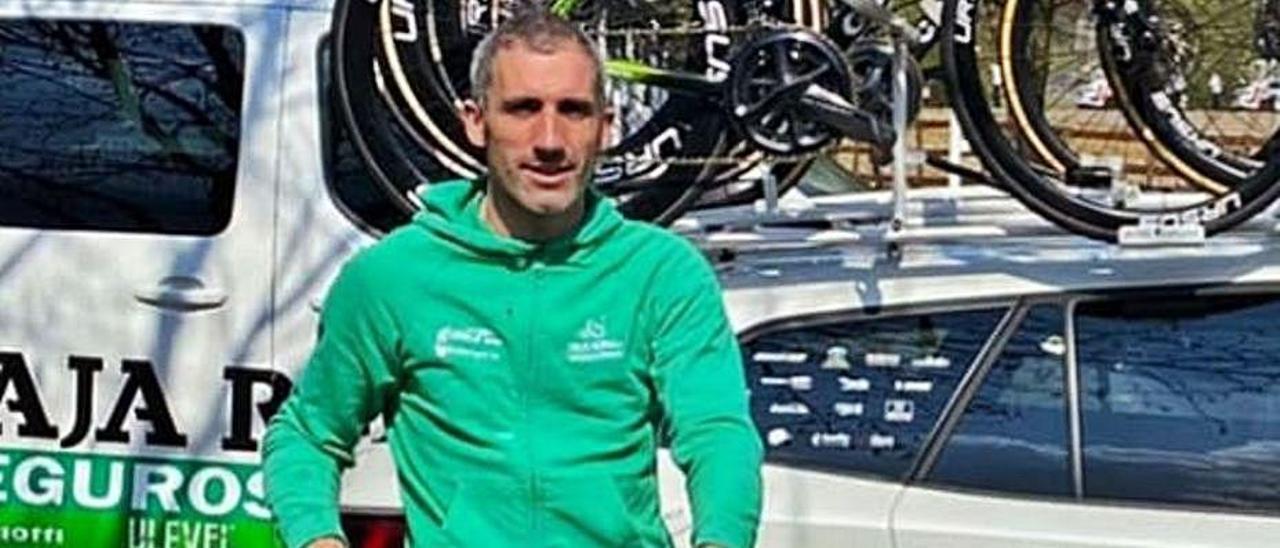 Arriba, Joaquín Sobrino, entrando vencedor en la meta de Avilés en 2010. Abajo, en el podio. | R. M.