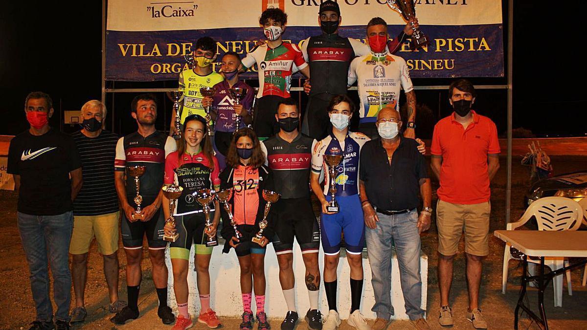 Podio final con los distintos ganadores absolutos de la edición que concluyó el viernes. | TOMEU ARBONA