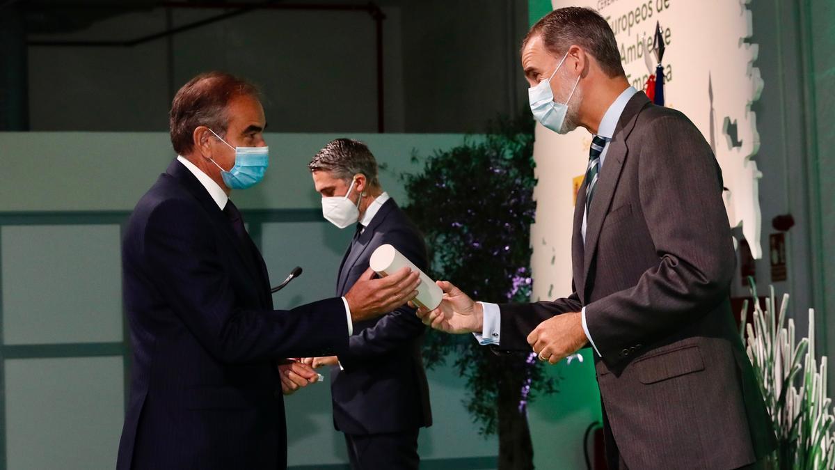 El Rey de España entregando el galardón al CEO de Levantina, Juan Dionis